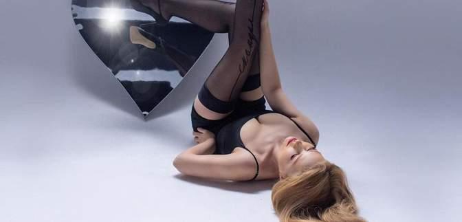 Тіна Кароль вразила сексуальним образом у крихітній мінісукні та панчохах: гарячі відео