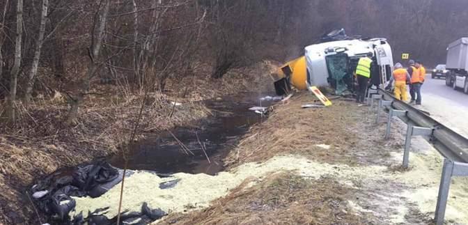 На Львовщине перевернулся грузовик: 23 тонны битума могли попасть в реку – фото