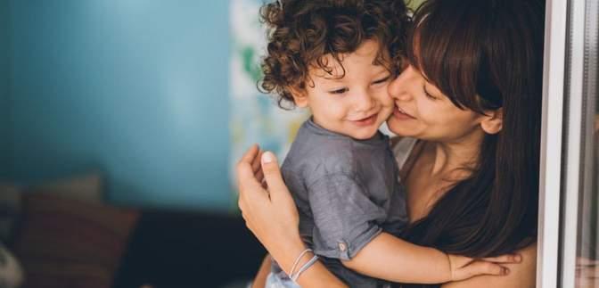 Сон окремо від батьків і жодної реакції на плач: чим відрізняє батьківство у західній культурі