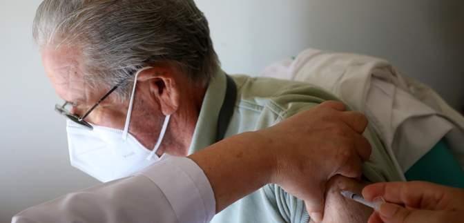 Испания будет вакцинировать препаратом AstraZeneca только людей старше 60 лет