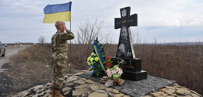 Возложили цветы к памятникам героям: делегация США посетила украинских военных на фронте