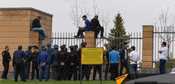 В Армении родственники пропавших во время войны заблокировали здание Минобороны – фото