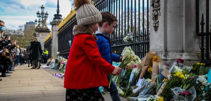 Британцы возлагают цветы в память о принце Филиппе: дворец просит этого не делать