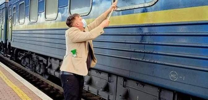 Хотел показать детям красоту Украины, – датчанин объяснил, почему мыл окно поезда УЗ