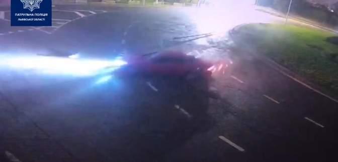 Во Львове пьяная 18-летняя водительница на большой скорости снесла электроопору: эпическое видео