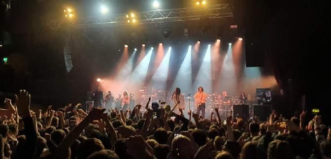 Без масок и соблюдения дистанции: власти Британии сами зовут людей на массовый концерт