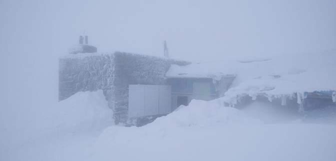 Зима не закінчується: у Карпатах – снігопад, температура впала до -3 градусів