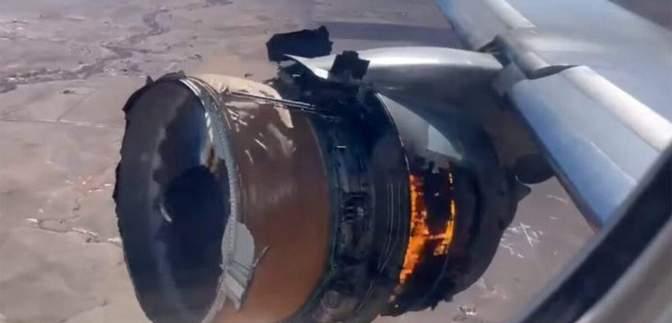 Пассажиры United Airlines хотят 50 000 долларов за испуг от взрыва двигателя самолета
