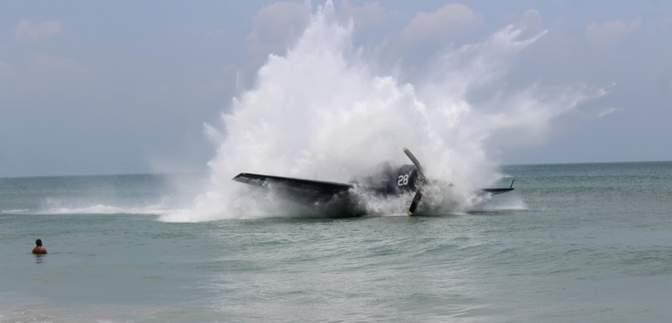 Бомбардировщик с 1945 года совершил аварийную посадку на людный пляж Флориды: фото и видео