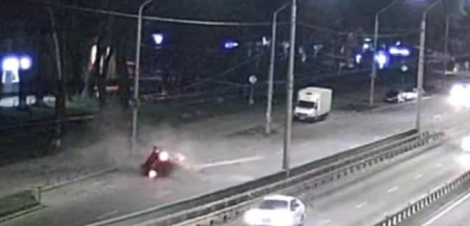 В Киеве пьяный водитель на огромной скорости вылетел с дороги на ограждение