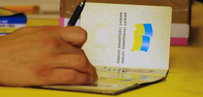 Донецьк обвішали оголошеннями про відновлення українських документів і пенсії