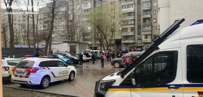 У Львові водій Porsche побив поліцейських й розбив кілька авто: відео сутички