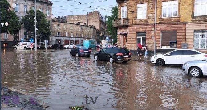 Озеро замість дороги: чому у Львові постійно