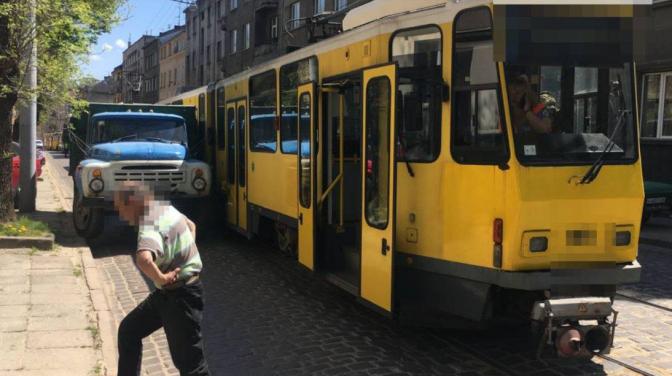 У Львові на трамвай обірвались дроти: рух вулицею ускладнений – фото