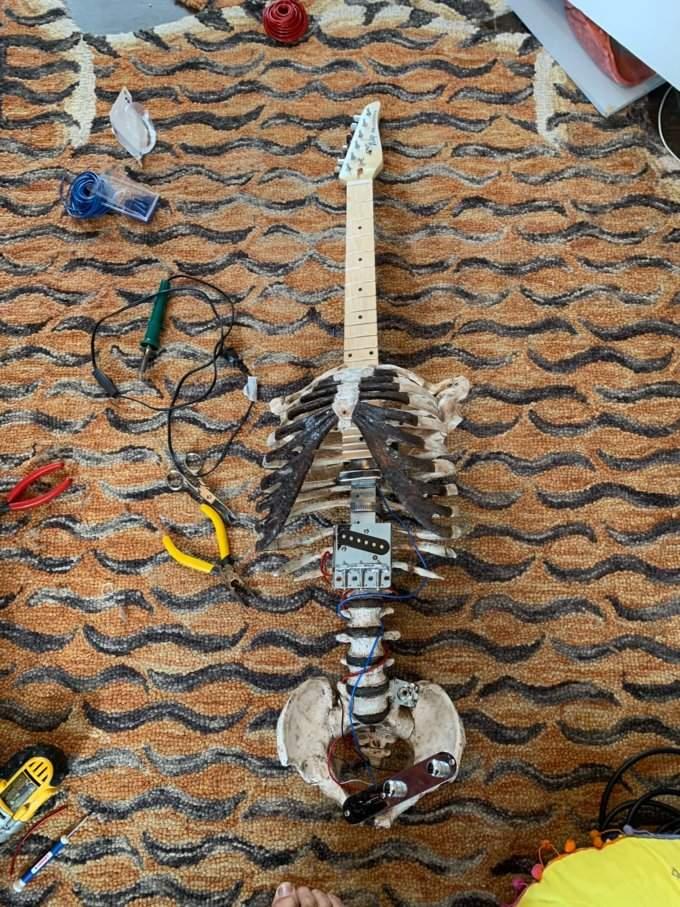 Чоловік змайстрував гітару з кісток свого померлого дядька і вона грає
