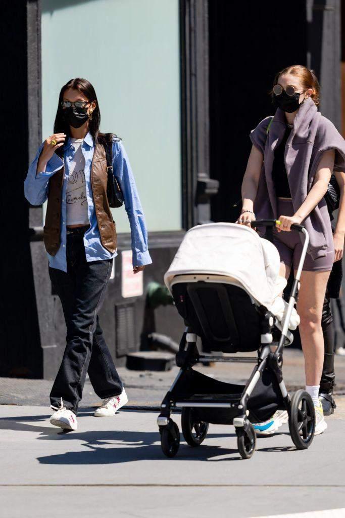 Белла та Джіджі Хадід вирушили на прогулянку / Getty Images