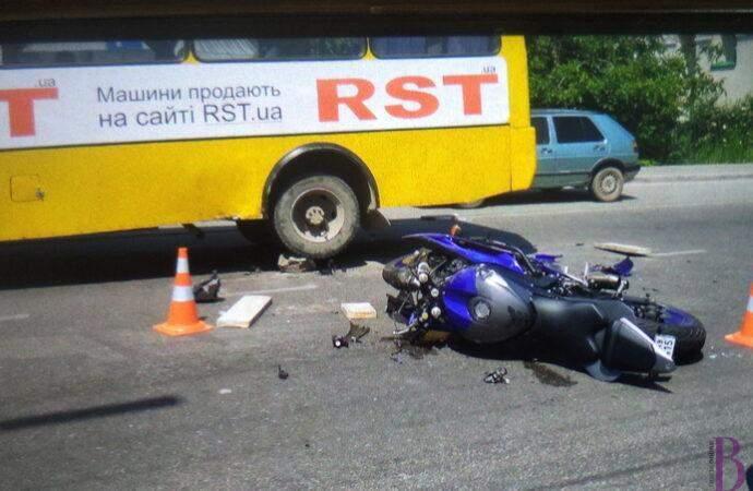 Підняли автобус, щоб визволити мотоцикліста: біля Львова трапилась нищівна ДТП – фото