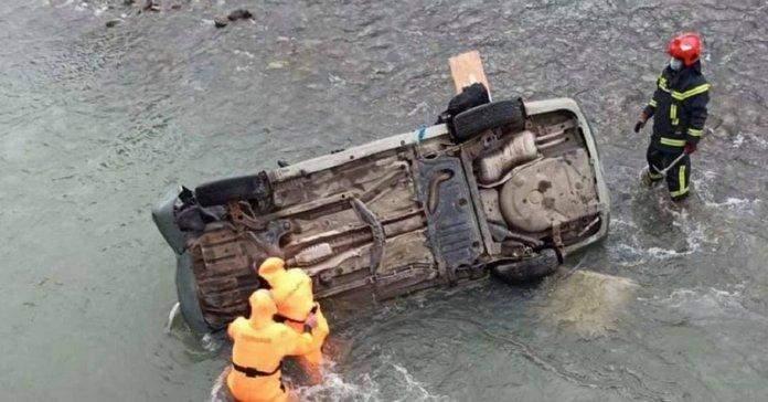 На Львівщині автівка злетіла з моста: є постраждалі та травмовані – фото