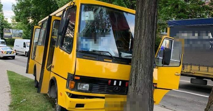 У Львові автобус з пасажирами влетів у дерево: постраждали 5 людей – фото і відео