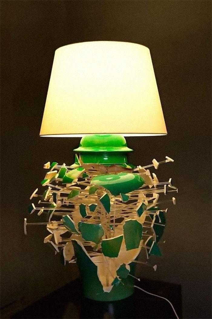 Эта лампа словно разлетается на куски от того, что у нее кто-то попал