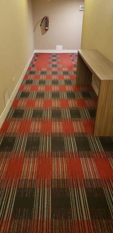 Візерунок на цьому килимі подвоюється в очах навіть найтверезішої людини