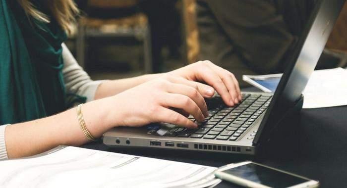Сидіти за комп'ютером
