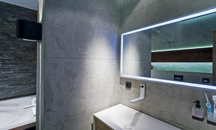 Стіни у ванній кімнаті оздоблені бетоном