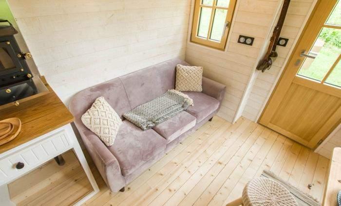 У дивані зробили вбудовані тумби для речей