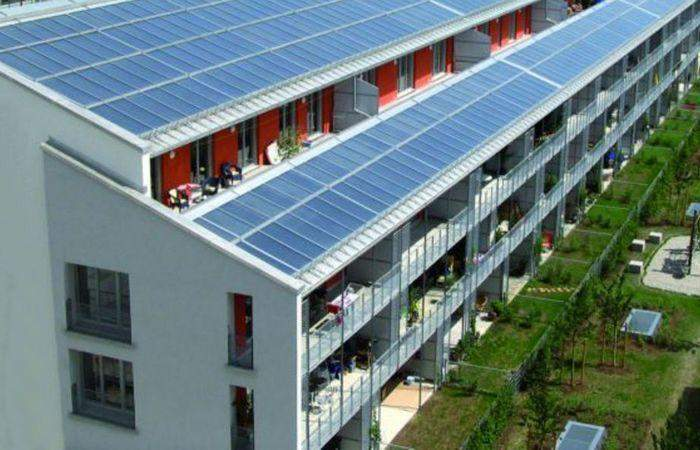 На дахах енергоефективних будинків розміщують сонячні панелі