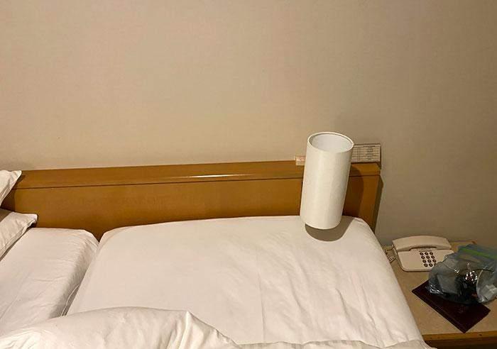 Именно так расположены кровать и лампа в гостиничном номере