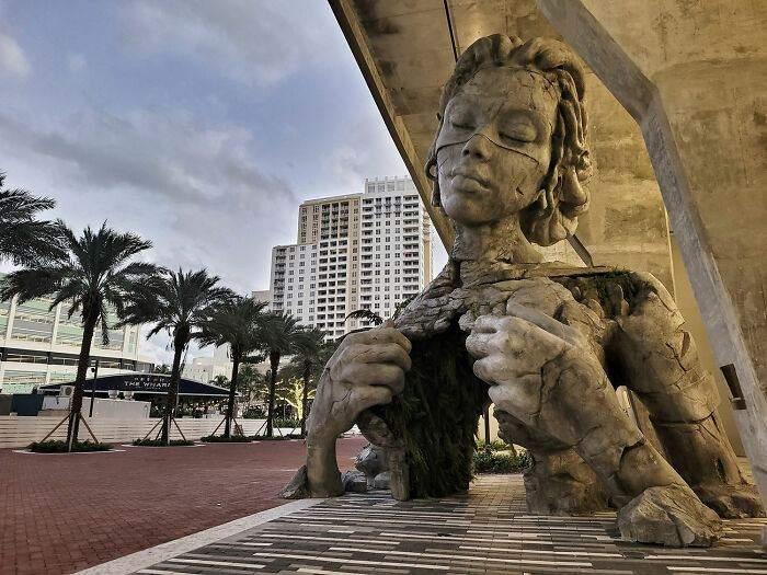 Скульптура красивой женщины