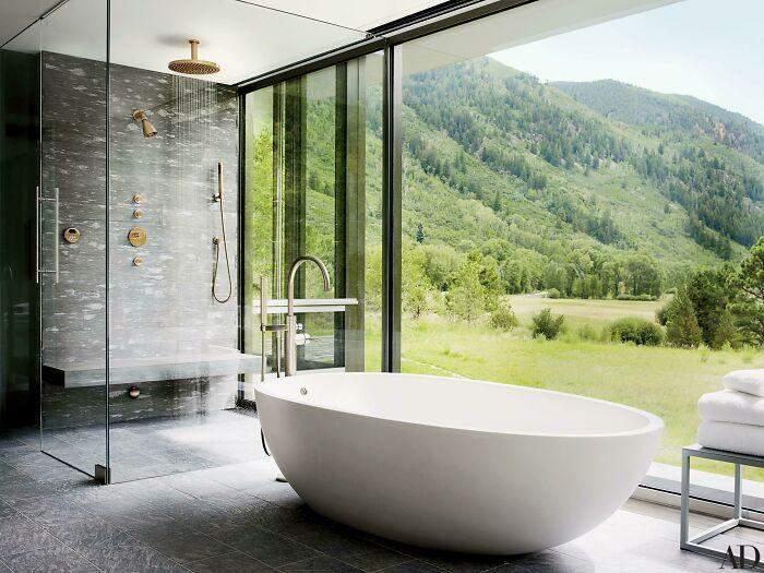 Ванна кімната зі скляною стіною