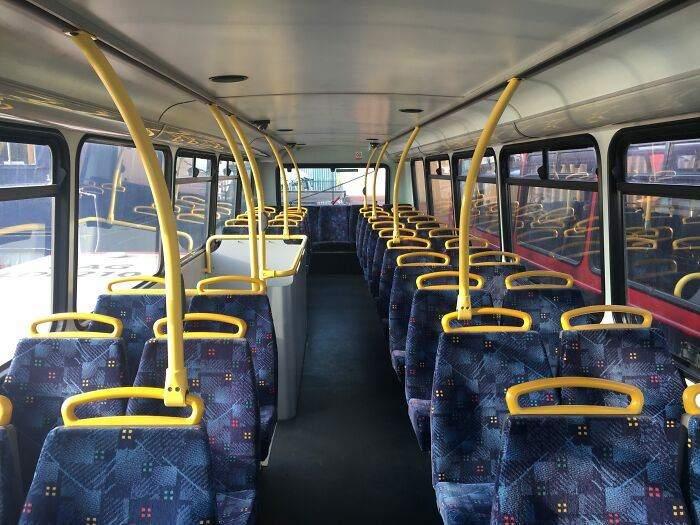 В автобусе пришлось демонтировать сиденья