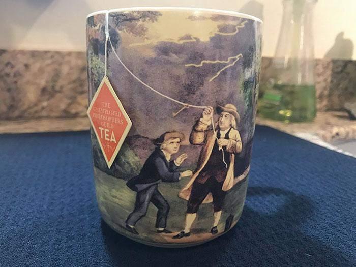 Кружка з прорізом, щоб чайний пакетик виглядав як повітряний змій у руках Бенджаміна Франкліна
