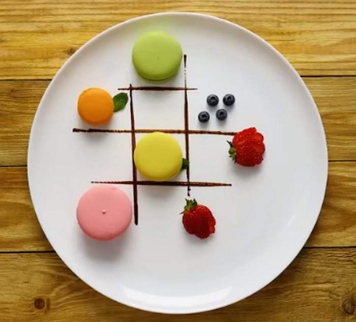 Шоколадні квадрати на тарілці