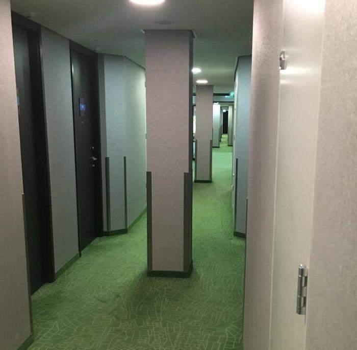 Несподівані колони в коридорі цього готелю несуть серйозну загрозу гостям напідпитку