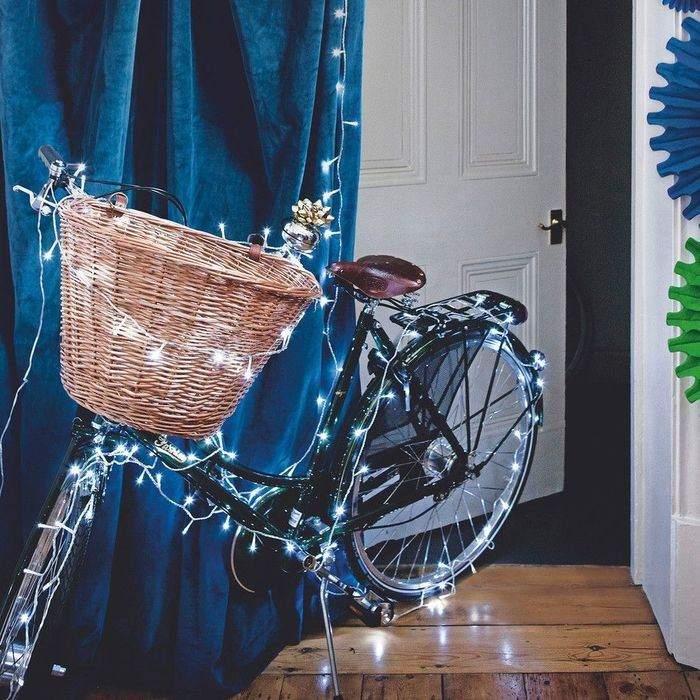 Велосипед з гірляндою