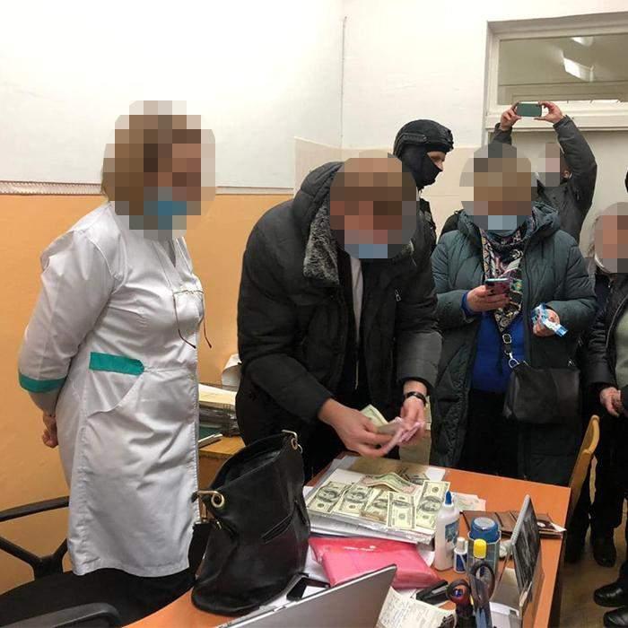 Правоохоронці перераховують гроші / Фото Київської міської прокуратури