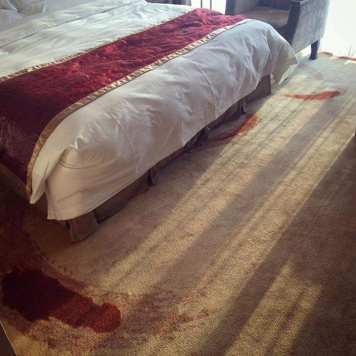 як довести гостям, що килим усього лиш зробили в одній кольоровій гамі з покривалом на ліжку