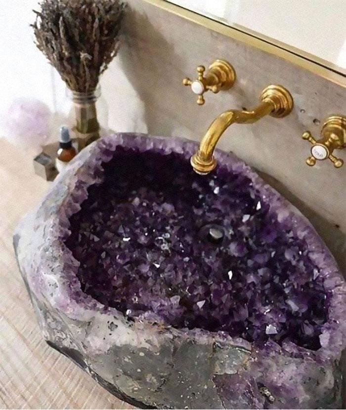 Цей благородний камінь на мийці виглядає красиво, але уявіть, скільки там залишків від зубної пасти