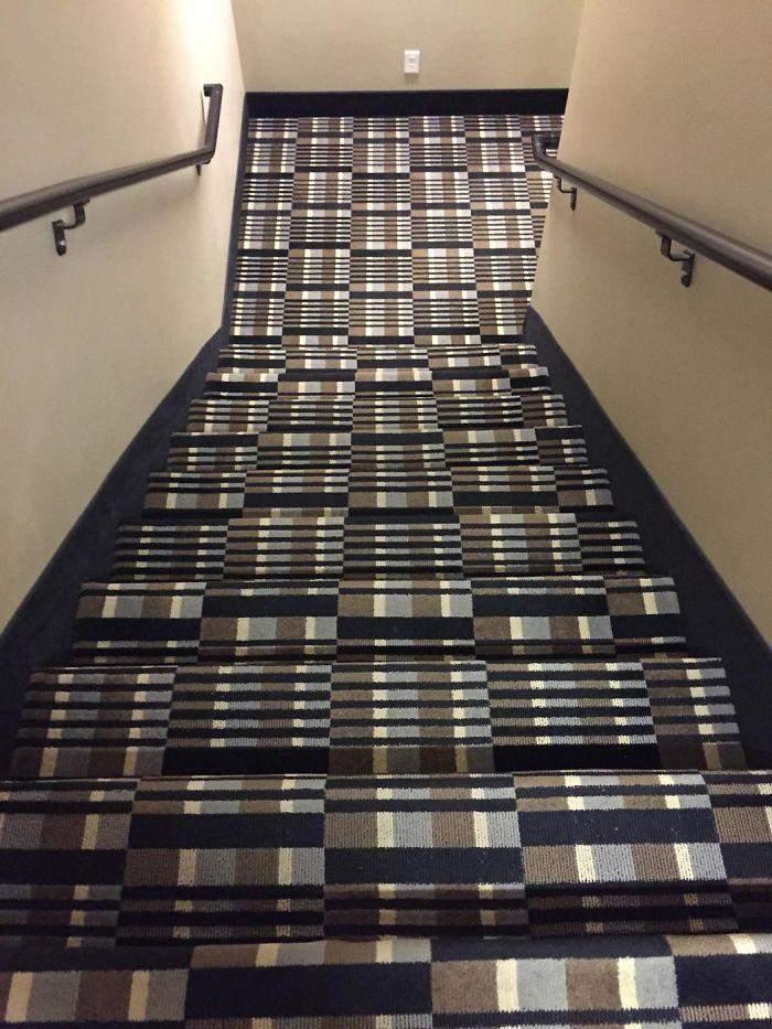 ой, хто розмістив цей килим на сходах, не дуже любить людей