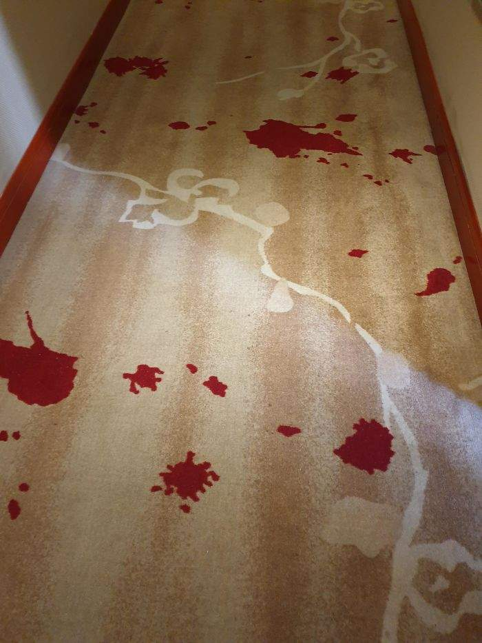 Розміщувати червоні декоративні плями на килимі – дуже погана ідея
