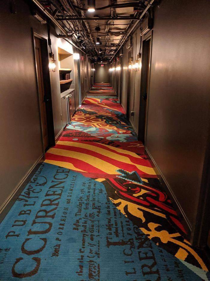 У цьому коридорі головне – тримати рівновагу, а ще дизайнер забув на картинці курсор від мишки