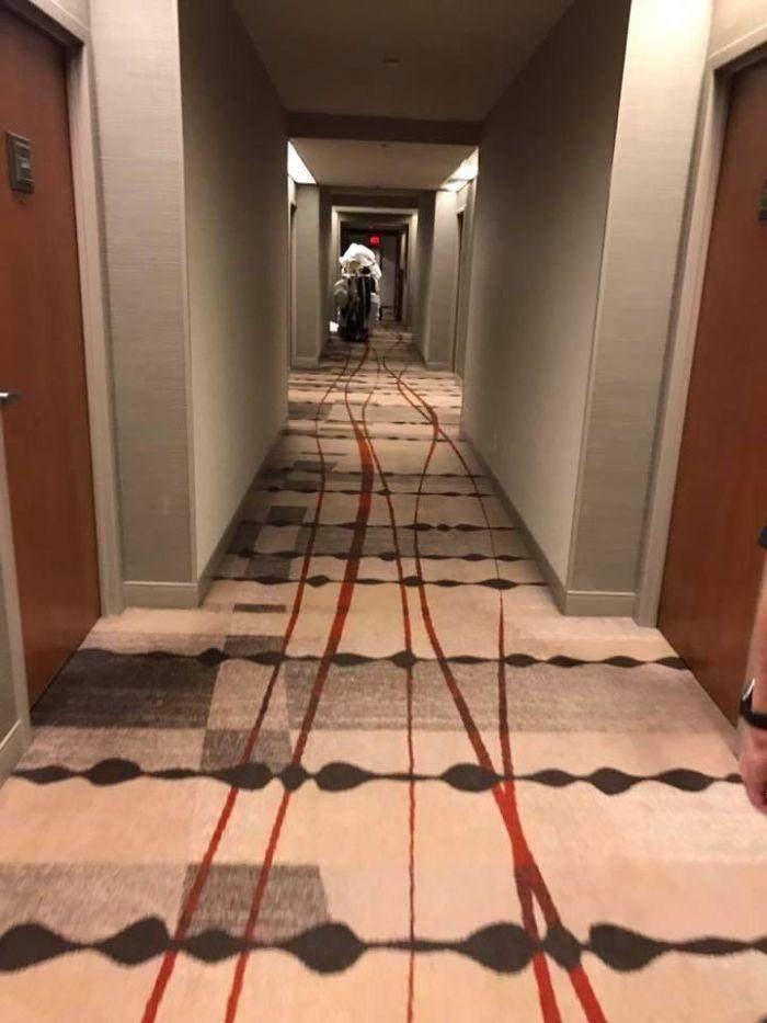 Не найкраща ідея візерунку на килимі, здається, тут хтось пробіг, стікаючи кров'ю
