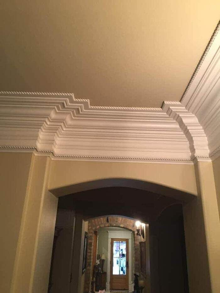 У этого плинтуса на потолке действительно королевский размер