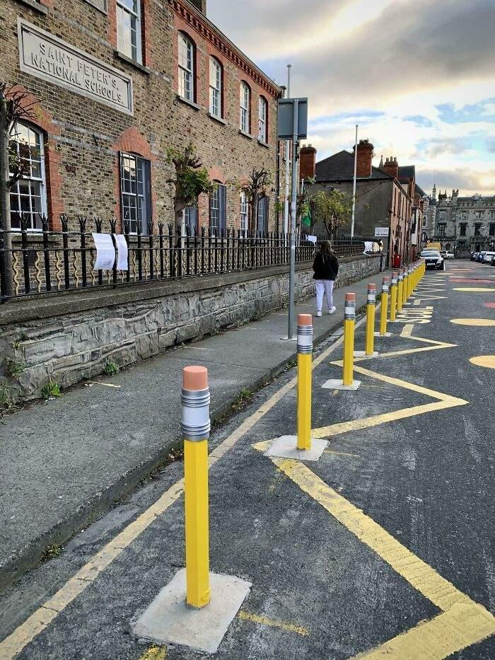 Стовпчики біля школи у Думбліні у вигляді олівців
