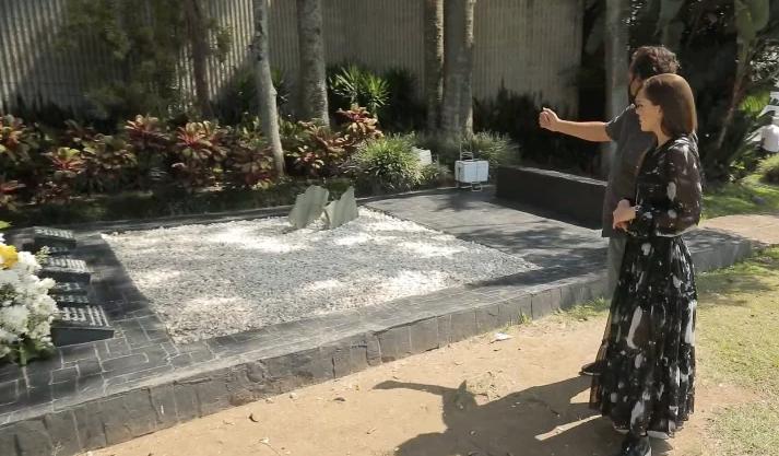 Юлія Саніна на могилі Пабло Ескобара