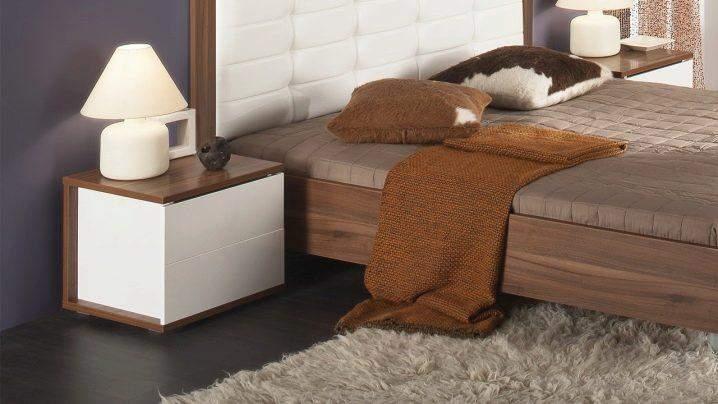 Светильники возле кровати добавляют комфорта