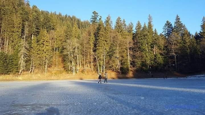 На Закарпатті замерзло найбільше за площею високогірне озеро України – Синевир