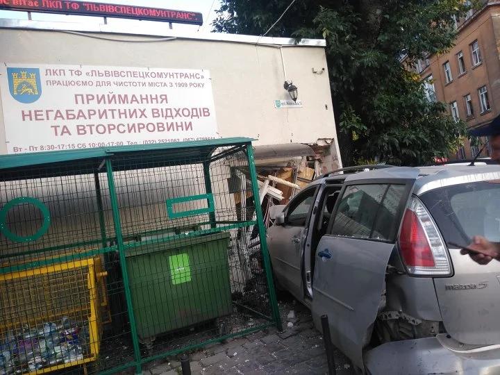 У Львові авто розтрощило прохідну Львівспецкомунтрансу: постраждали 3 людей – фото і відео